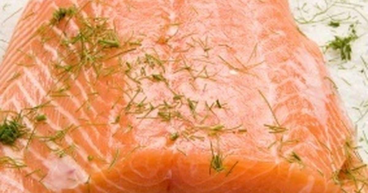 Fabulosa receta para Salmón marinado. En Suecia tomamos salmón crudo, frito, ahumado, asado, al vapor.... de todas las maneras posibles. Nos gusta marinar el salmón nosotros mismos y esta es una receta muy fácil de salmón marinado que puede ser apta para celíacos si tan solo vereificáis que el azúcar sea sin gluten. Se sirve con salsa de mostaza.