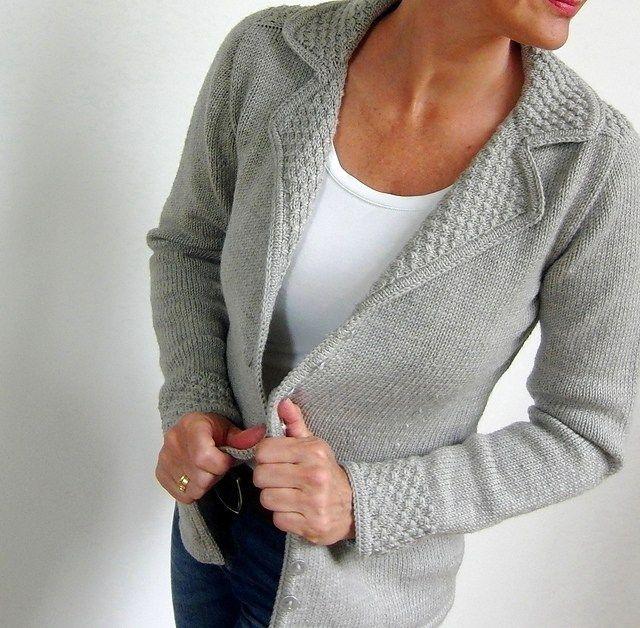I modelli a maglia di von Hinterm Stein: capi rigorosi che nascondono dettagli a sorpresa come un colore a contrasto, dei motivi geometrici...