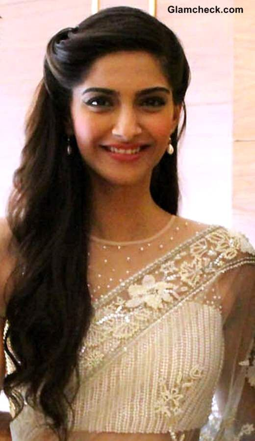 Sonam Kapoor Stunning In White Lace Sari At Raanjhanaa Press