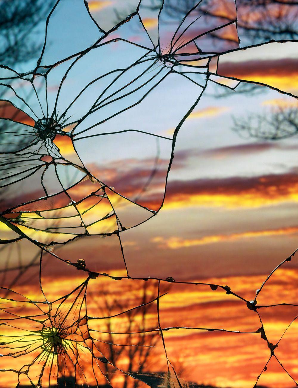 A través del espejo roto. Fotos de puestas de sol reflejados a través de espejos rotos. Por Bing Wright.