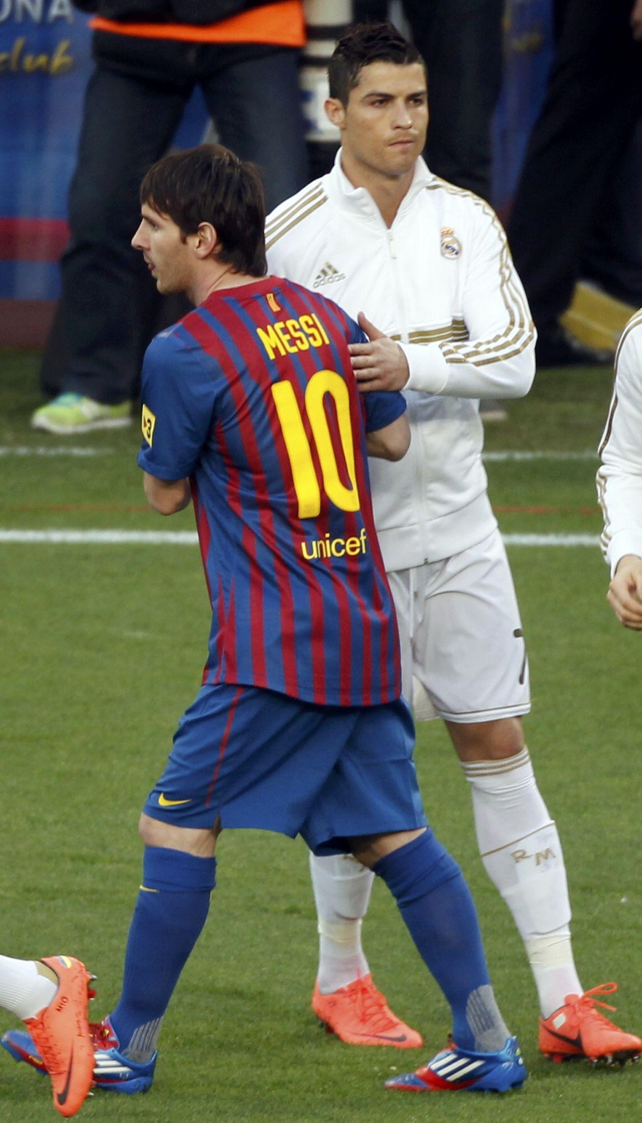 Messi saludando al cae gordo de Ronaldo. Jaja.