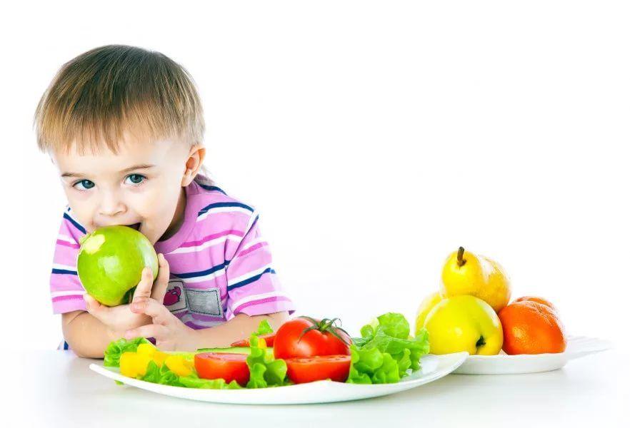 Картинки по запросу ребенок ест фрукты