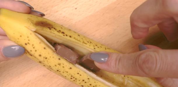 Ela colocou pedaços de chocolate dentro da banana… O resultado é de babaaar! Divino!