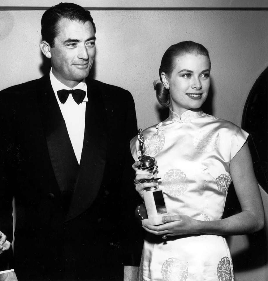 Another Golden Globe memory. Here is Gregory Peck presenting Grace Kelly with Henrietta Award-a retired Golden Globe category-in this L.A. Times photo from Feb. 23, 1956 Otro globo de oro de memoria. Aquí está Gregory Peck presentando Grace Kelly con henrietta Award - un ex - globo de oro Categoría - en Esto Los Angeles Times foto de feb. 23, 1956