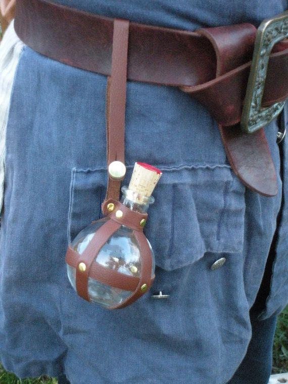 Bouteille/flacon rond en verre gainé de cuir par CastawayTradingCo