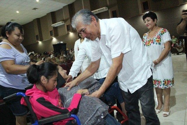"""Como parte del programa """"Un abrazo con calor humano"""" del sistema municipal del DIF; abuelitos y abuelitas recibieron cobertores de manos de las autoridades."""