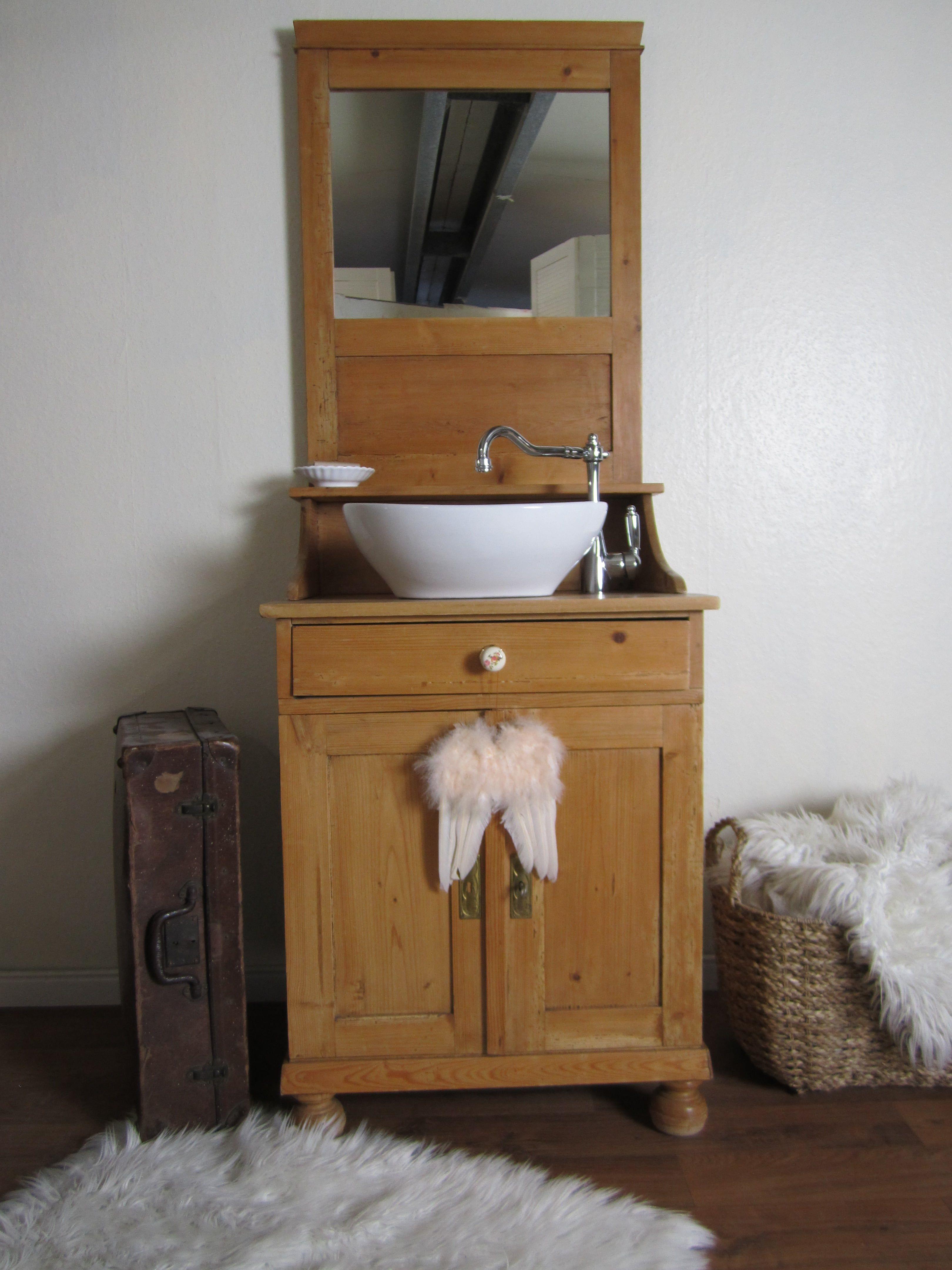 Ein Badmöbel antik im elganten Design versprüht Lis élégant – Ein ...