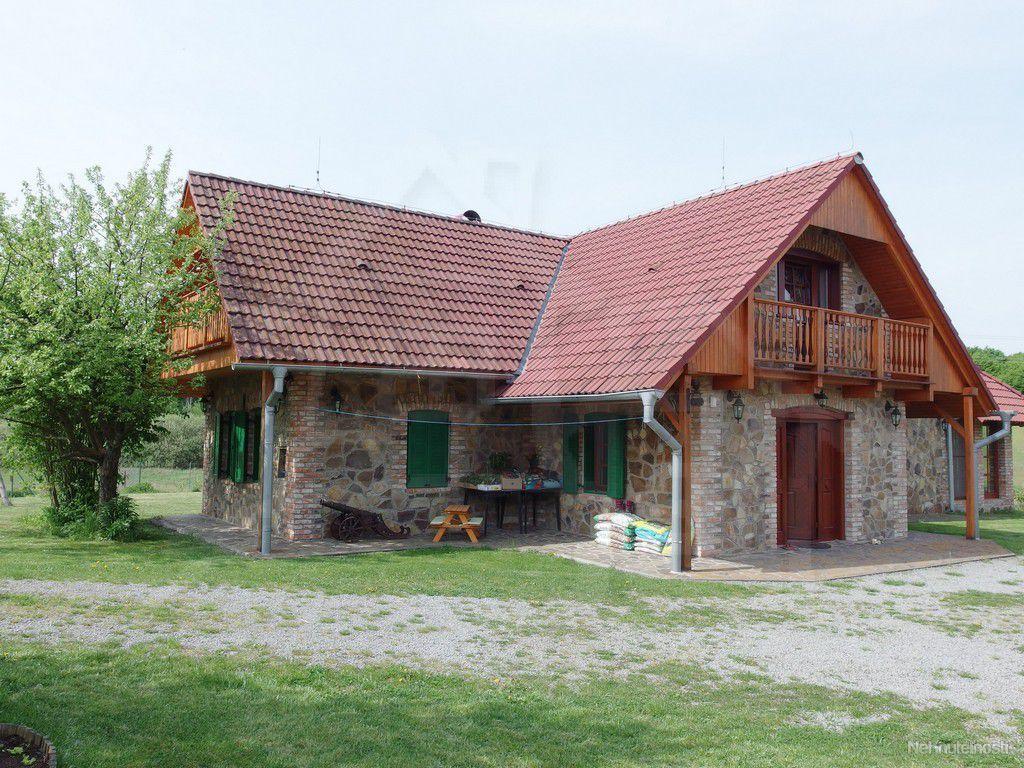 Kompletne zrekonštruovaná usadlosť s veľkým pozemkom na polosamote pre náročných klientov