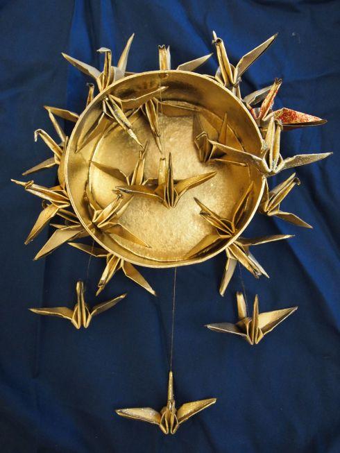 Japanilainen paperitaittelu, origami sai uuden ilmeen kun Aliisa teki origamikurjista kultaisen taideteoksen Innoittajana saattoi olla Louise Nevelson upeine reliefeineen. Raahen lukion kuviksen päiväkirja.
