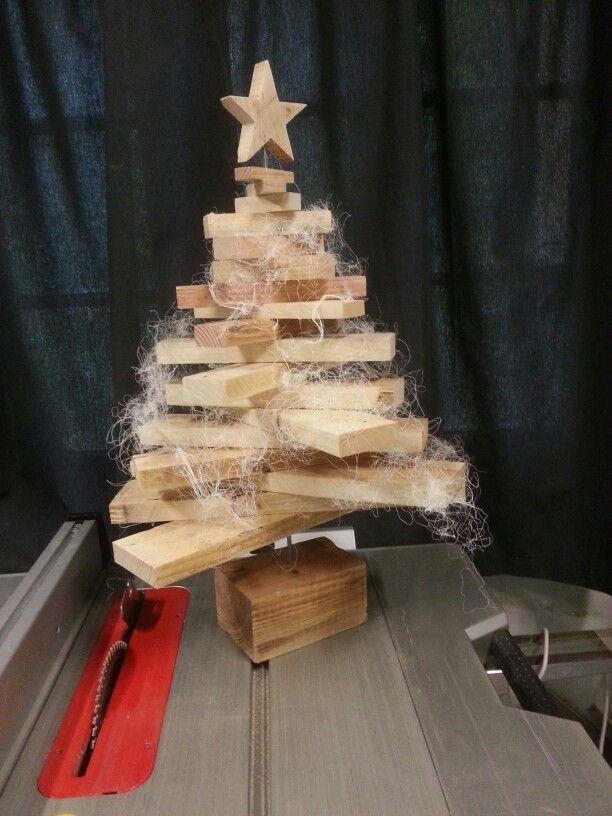 tannenbaum aus palettenholz pallet wood christmas tree arbolde navidad de madera de palets. Black Bedroom Furniture Sets. Home Design Ideas