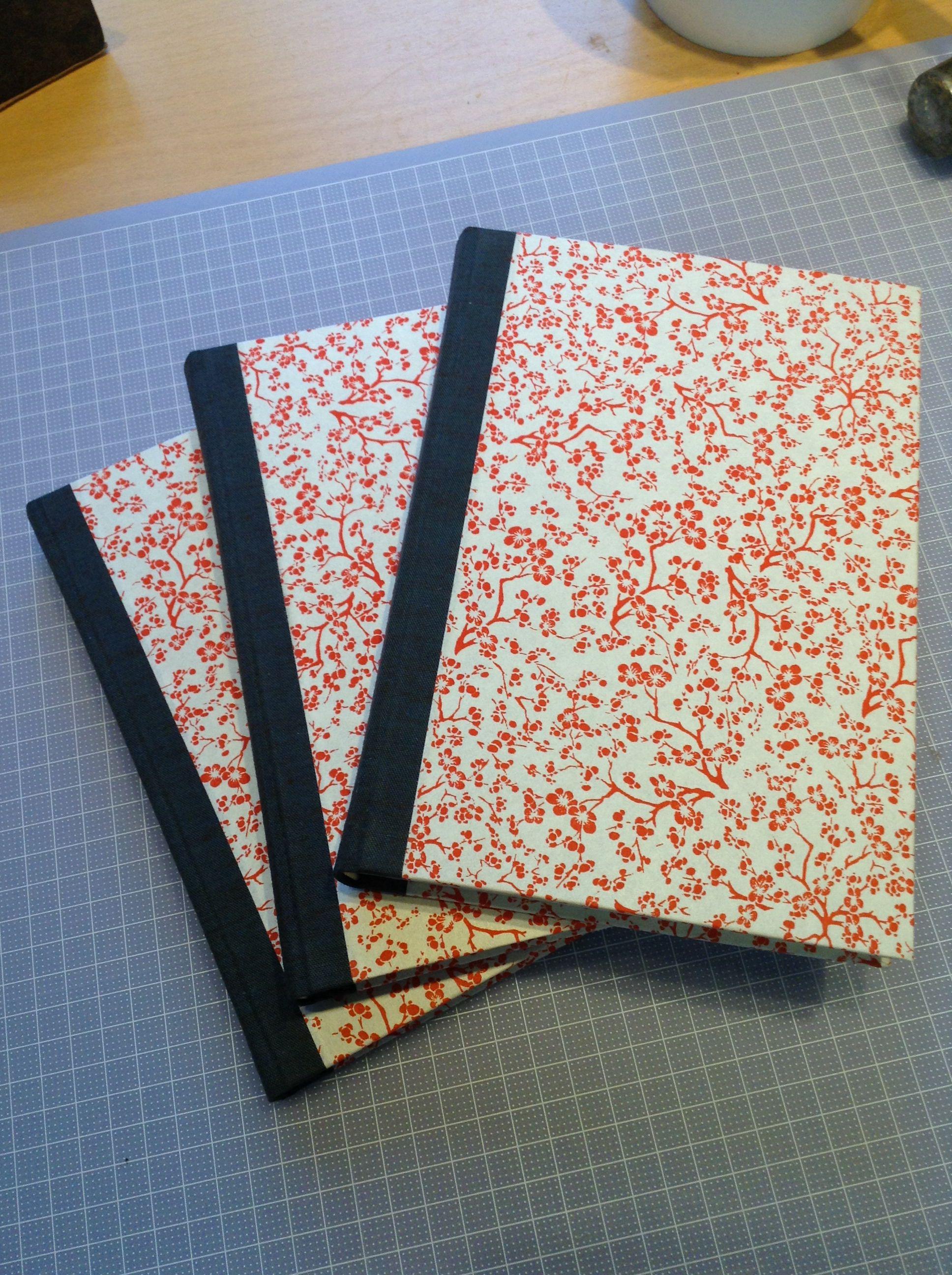 Bokbinderi, liten klotrygg, japanskt papper på resten av pärmen by Djura Bok & Pappersverkstad.