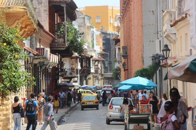 Busy Street In Cartagena Colombia Com Imagens Cartagena Pontoes