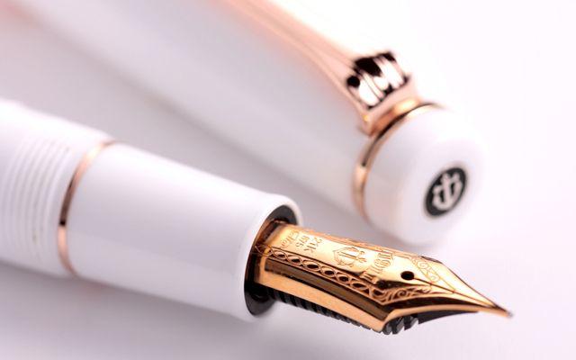 ホワイトの軸とピンクゴールドの金具が女性らしい万年筆です。ペン先は21金で、書き心地もバツグン。ちゃんとした万年筆が欲しいという方におすすめです。