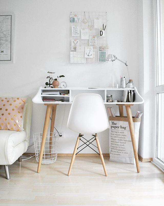 Back to ... school wollte ich schon schreiben ... stimmt ja auch für einen Teil der Familie ... back to work hieß es gestern ... und es war schön die liebsten Kolleginnen und den Kollegen (Verlagsbranche ) der Welt wiederzusehen ... dann war der Wiedereinstieg gar nicht so schlimm ... #workingspace #workspacestyling #homeoffice #desk #office #officeinspiration #workspacegoals #scandistyle #einrichtungsidee #schreibtisch #white #homeinspiration #solebich #livingelementsme #backtoschool