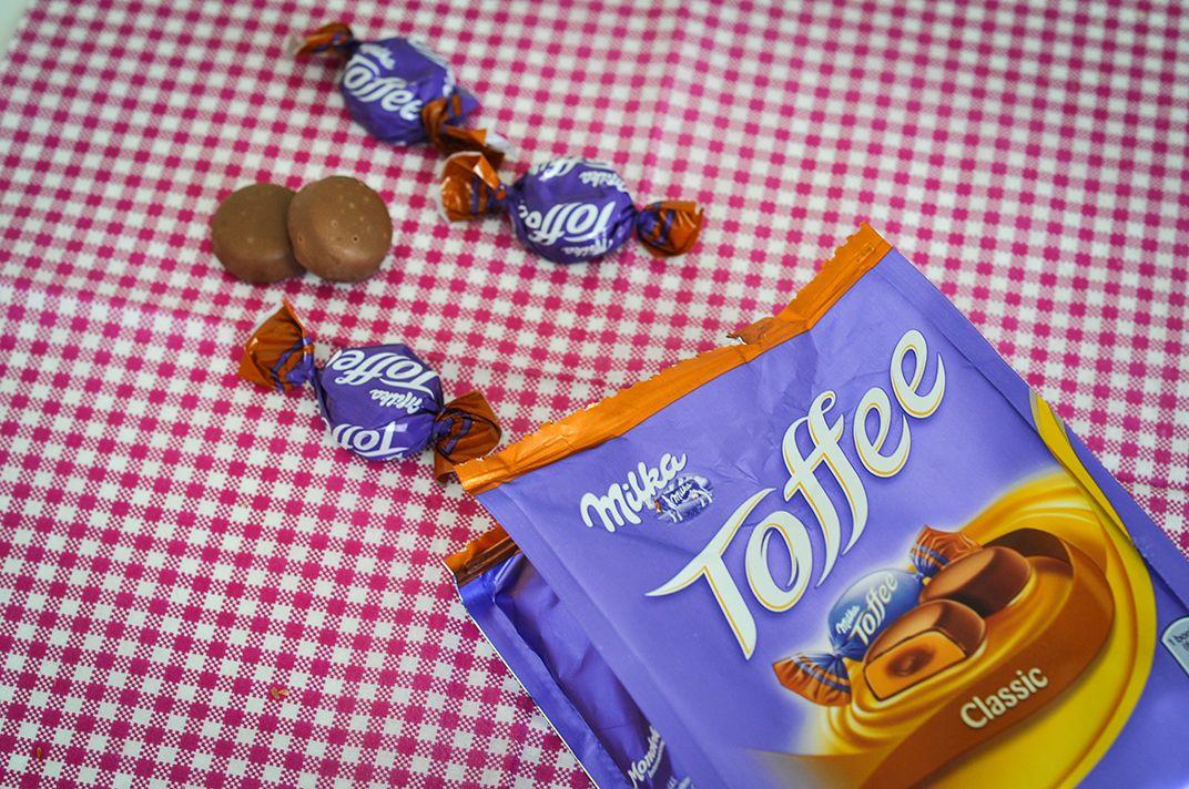 Milka Toffee Classic - Kaugenuss mit zartem Karamell, einem Kern mit flüssiger Schokolade, umhüllt von zarter Milka Alpenmilch Schokolade.