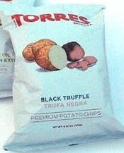 Truffelchips met echte zwarte truffel Aardappelchips gebakken in de zonnebloemolie met zout en zwarte zomer truffel. Dus niet met nep truffelsmaak. Verslavend lekker en in de winkel niet aan te slepen. In grote zakken van 125 gram € 3,95-