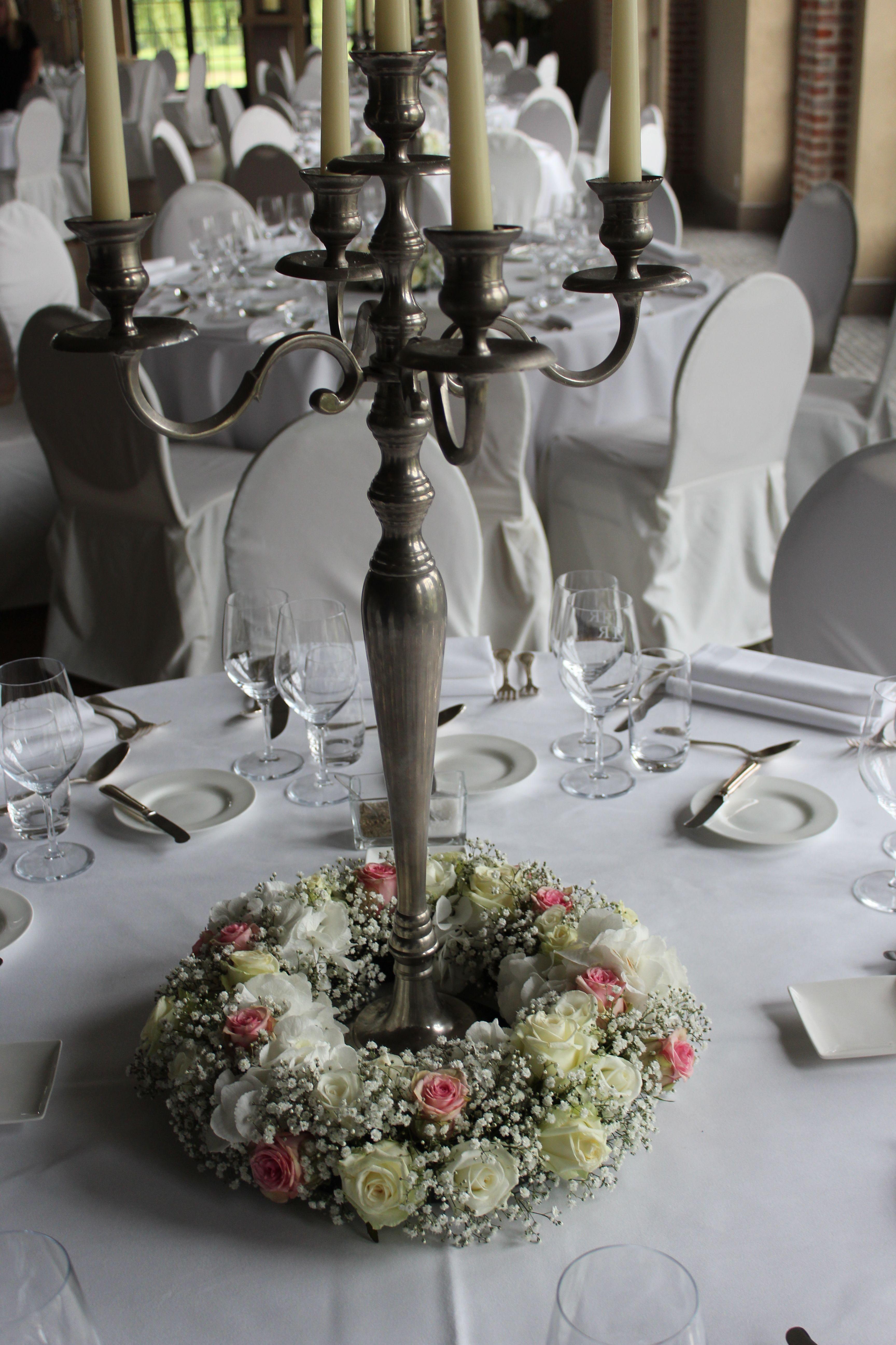 Tafeldecoratie huwelijk krans rond voet kandelaar for Tafeldecoratie huwelijk