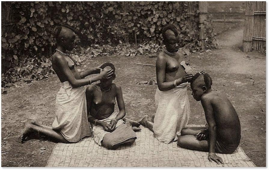 Salon de coiffure pour jeunes filles au Ruanda Vers 1910