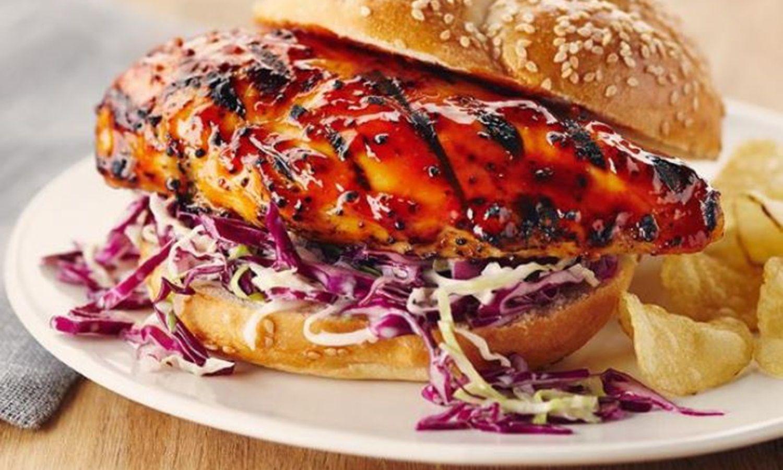 Sandwich au poulet barbecue avec salade de chou à la crème