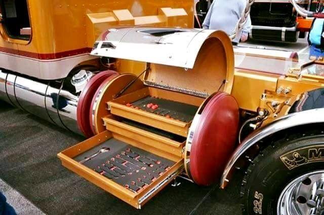 Custom Peterbilt Very Creative Ideal With The Fuel Tank Tool Box Customised Trucks Peterbilt Trucks Kenworth Trucks