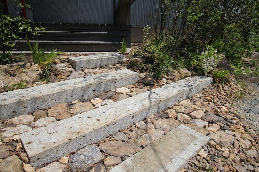 歩きやすい大谷石の切り石と三ヶ日石の延段を組み合わせたアプローチ