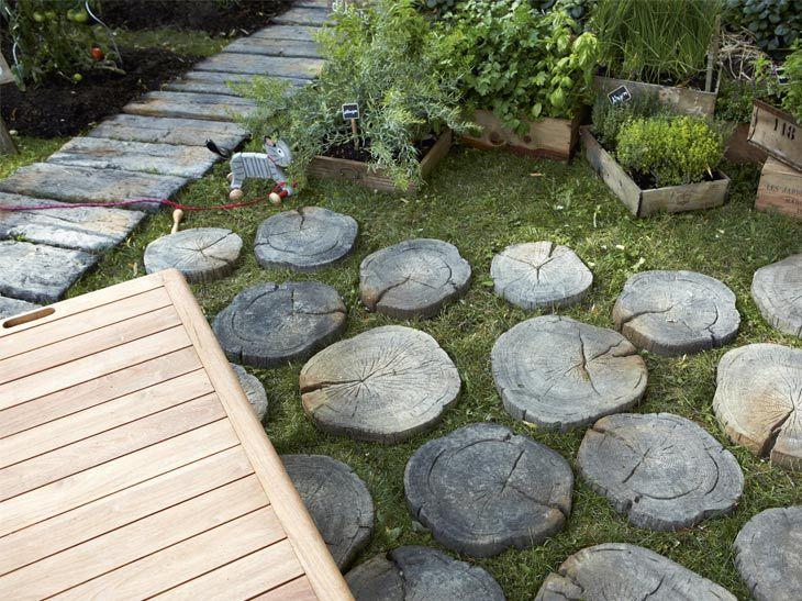 Une Allee En Rondins De Bois Allee En Bois Pas Japonais Jardins Et Idee Allee De Jardin