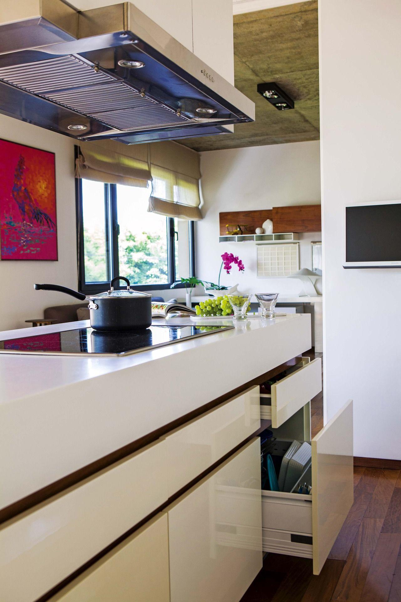 Una cocina en blanco y madera | Líneas simples, Cocina comedor y ...