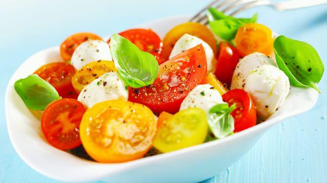Z pohľadu kalórií je na desiatu či olovrant vhodný paradajkový šalát.