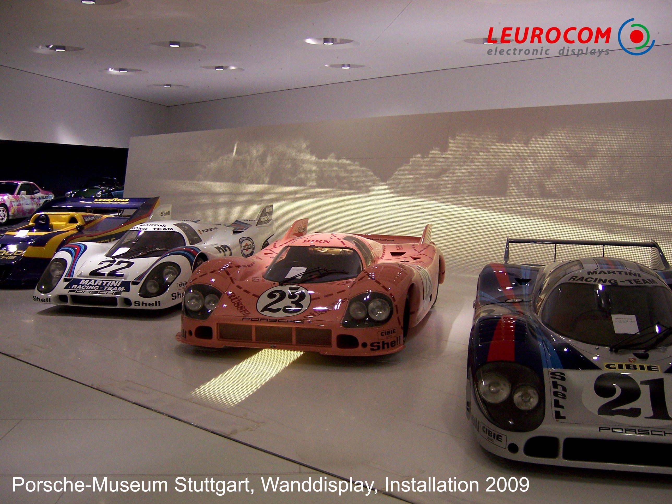 Porsche Museum, Stuttgart  Indoor-Sonderdisplay weiß und gewölbt für Boden und Wand, Streifendisplay integriert in hochbelastbarem Gitterrost  http://www.leuro.com/de/anwendungen/details?id=39