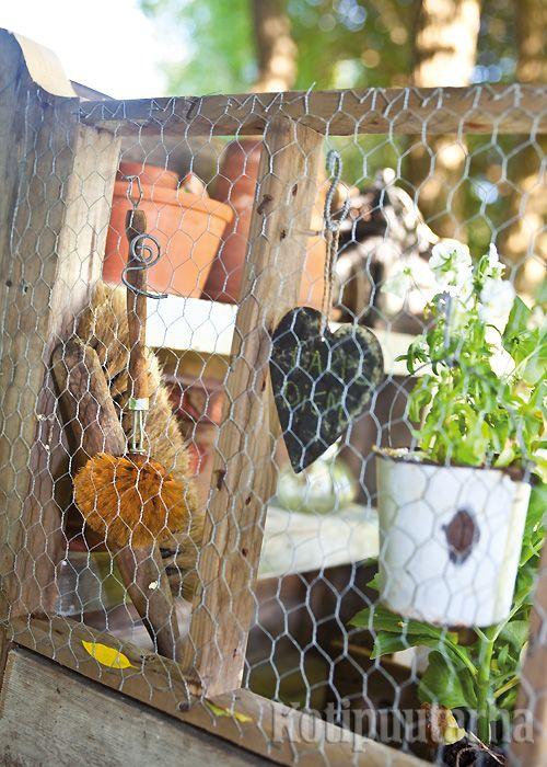Kanaverkosta on moneksi. Tässä puuhanurkassa siihen on ripustettu niin työkaluja kuin koristeitakin. Kuva Min Eden -bloggaajan puutarhasta. www.kotipuutarha.fi