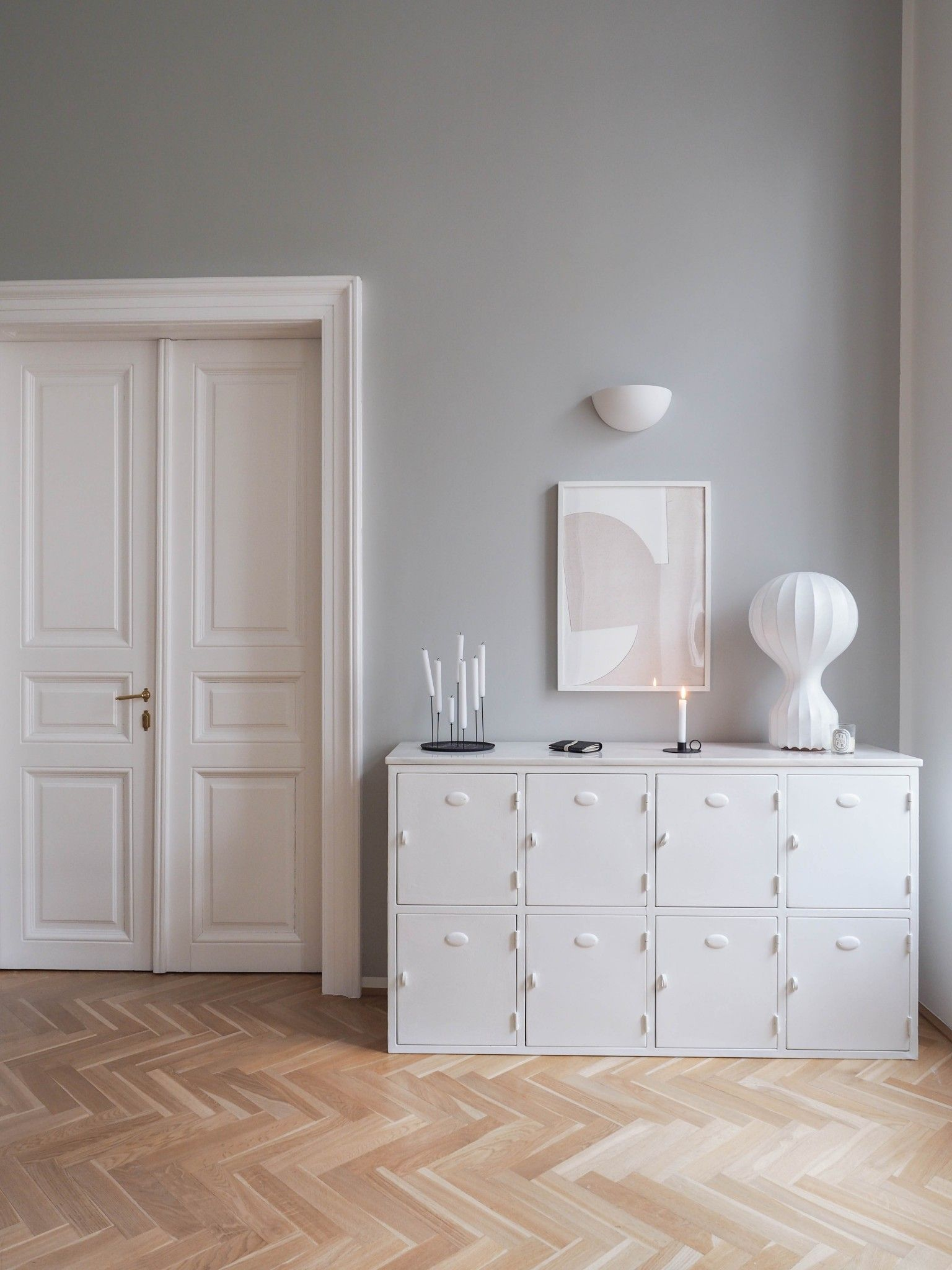 Graue Wandfarbe von Farrow & Ball #graybedroomwithpopofcolor