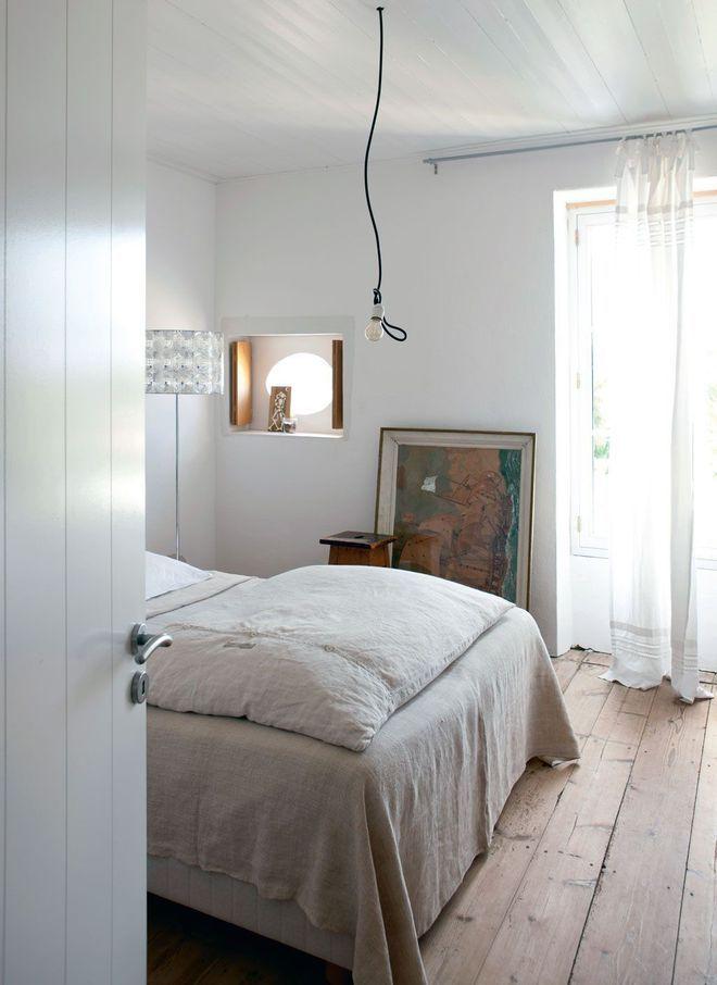 Chambre principalement de couleur blanche avec moquette a poil long - exemple de couleur de chambre
