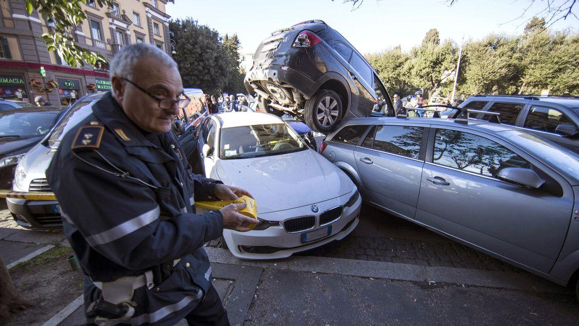 SUV arrampicato sulle auto a Roma Corriere dello Sport