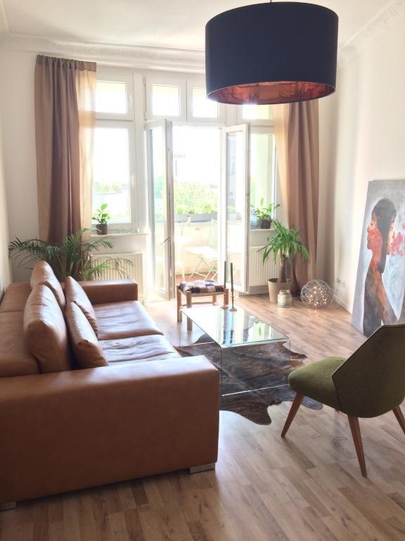 Das Wohnzimmer Profitiert Vom Vielen Licht Durch Die Grossen Balkontren Hereinstrahlt Tolle Wohnaccessoires Wie Deckenlampe Grosse Gemlde