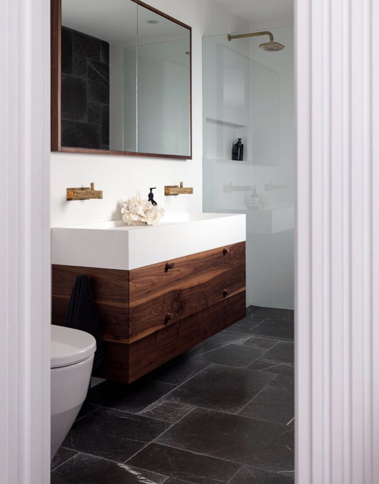 Put The Toilet Before The Vanity That Way You Could Extend The Counter Shelf Over The Tub Badezimmer Naturstein Badezimmer Rustikale Bader