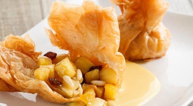 Involtini croccanti di mele pinoli e uvetta con crema