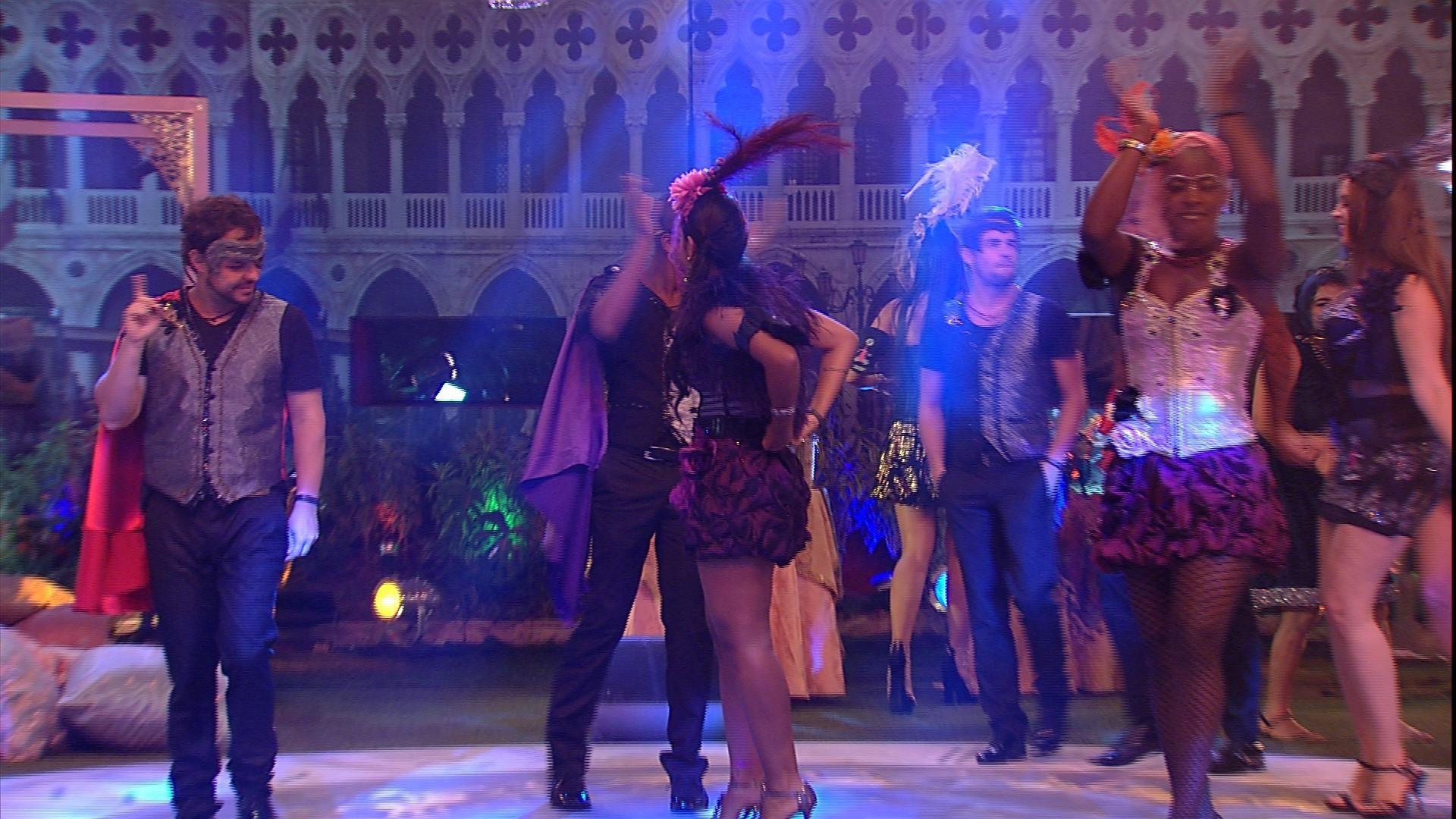 Dia de festa! Brothers se divertem no Baile em Veneza