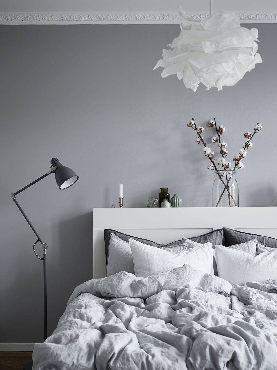 Schlafzimmer Wandfarbe Weiße Möbel This Dreamy Scandinavian Apartment Will Give You Butterflies - Daily Dream Decor | Graue Wand Schlafzimmer, Wohnung, Graue Wände
