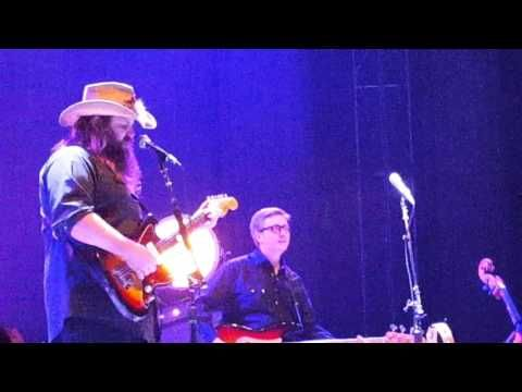 Chris Stapleton Pays Tribute To Prince By Singing Nothing Compares To You Greek Theater Berkeley Chris Stapleton Country Music Videos Sing To Me