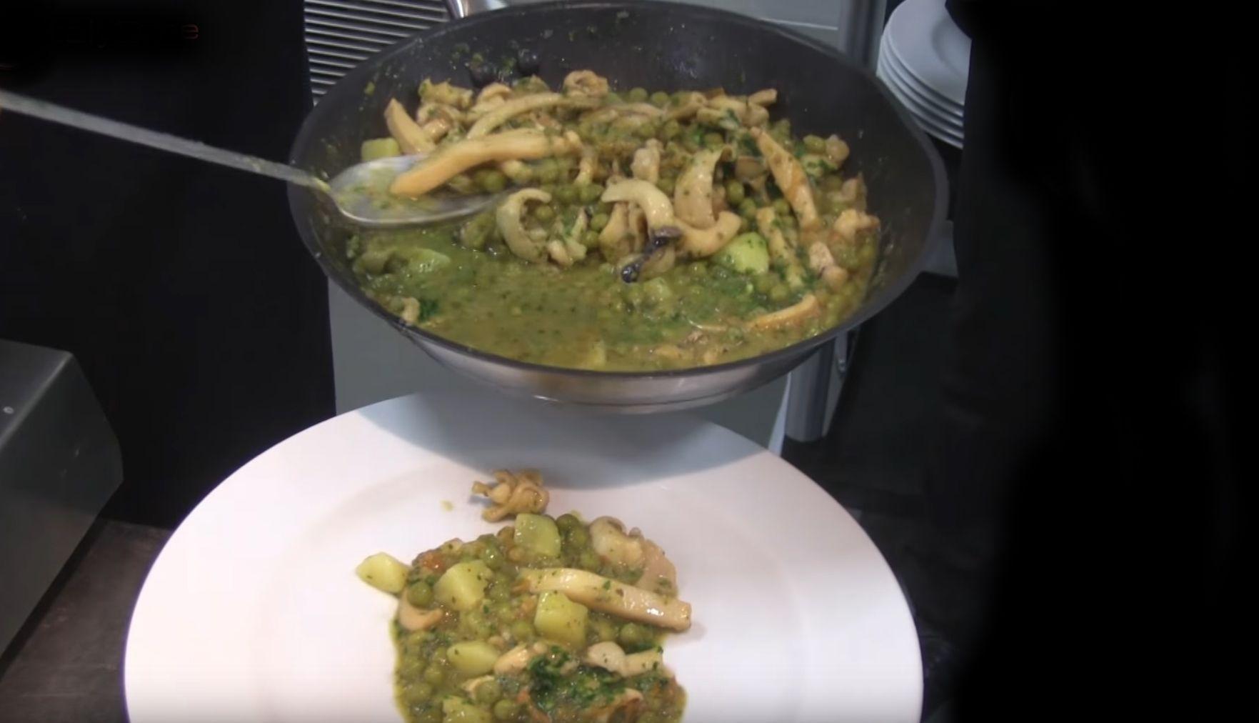La buridda di seppie è un piatto tradizionale della cucina ligure molto saporito a base di seppie, piselli e pomodoro
