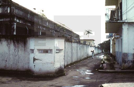 CIUDADES- EDIFICIOS- MURO: Malabo, (Guinea Ecuatorial), 20-8-1979.- Muro de la verguenza que mandó construir Macías en 1973, de 4 metros de alto, que delimita áreas circundantes al palacio presidencial. EFE/aa