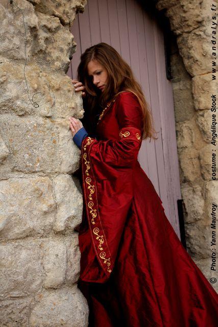 robe de mari e m di vale en soie rouge richement brod e d 39 or une robe bleue est porter en. Black Bedroom Furniture Sets. Home Design Ideas