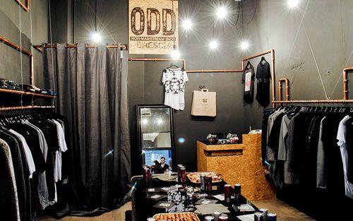 ff0dce297d4e Un negozio di abbigliamento a Brescia  un tubo di rame continuo che si  muove lungo lo spazio