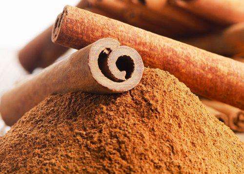 Health Reasons to Add More Cinnamon to Your Meals 1. Tehostaa aivotoimintaa 2. Tekee hyvää sydämelle 3. Auttaa painonpudotuksessa 4. Parantaa suoliston terveyttä 5. Ehkäisee syöpää 6. Pitää mielialan vaihtelut kurissa 7. Vähentää suusairauksia 8. Hellii ihoa