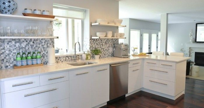 L Küche Mit Laminatboden, Mosaik Küchenrückwand In Grauen Nuancen, Fenster  Vor Dem Waschbecken