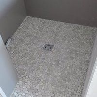Piatto doccia realizzato con sassi di fiume segati superficie piatta colore panna pavimenti - Piatto doccia sassi ...