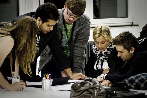 Deltagerne har netop åbnet kuverten med deres opgave, som de skal løse i løbet af de næste dage på BETACAMP 2012 i Berlin.