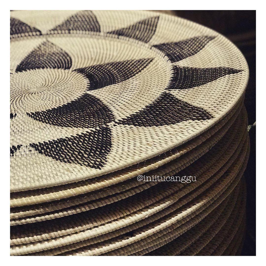 Oversize plate as wall hanging. . . . #walldecor #wallhanging #bohohome #bohostyle #bohodecor #bohemiandecor #bohovibes #bohoinspo #bohomodern #boholiving #boholife #boholuxe #villa #home #house #homemagazine #homeaccessories #accessories #jualhomedecor #jualinterior #jualdekorasirumah #dekorasirumah #rattanaccessoires #rattanfurniture #rattanwalldecor #olshopindo #olshopmakassar #olshopmedan #olshopbandung #olshopjakarta