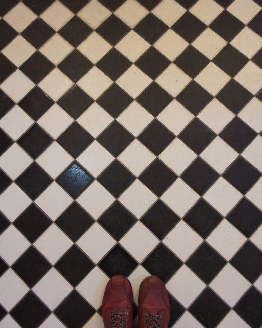 #floor #lattia #squares #vinoneliöt #salmiakkikuvio #blackandwhite #mustavalkoinen #shoes #kengät #red #punainen #kadriorgpalace #ihaveathingwithfloors by insaneworks
