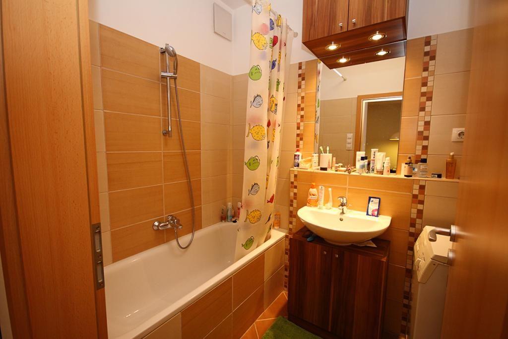 Wunderschönes Badezimmer im gelbbraunen Farbton mit Badewanne #Bad - badezimmer badewanne dusche